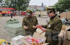 """Hà Nội: """"Tấn công"""" hàng nhái bản quyền ở các tuyến phố chuyên doanh"""