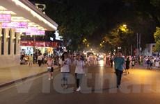 """[Photo] Thời điểm """"mở màn"""" trên tuyến phố đi bộ quanh Hồ Hoàn Kiếm"""