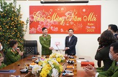 Chủ tịch Hà Nội thăm các đơn vị ứng trực phục vụ nhân dân dịp Tết