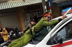 Taxi liều lĩnh chạy ngược chiều, hất chiến sỹ cảnh sát lên nắp capo