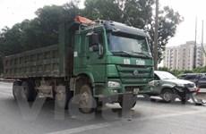 """Hà Nội: Tai nạn liên hoàn do """"xe hổ vồ"""" tông xe tải đang dừng đèn đỏ"""