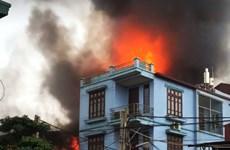 Hà Nội: Tình làng nghĩa xóm trong vụ cháy xưởng gỗ tại Thạch Thất