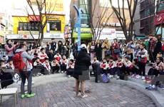 """Những người chơi nhạc """"bung lụa"""" trên sân khấu đường phố ở Seoul"""