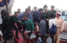 Cứu hộ an toàn 4 ngư dân Philippines bị nạn trên biển