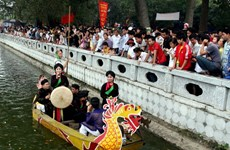 Hàng vạn du khách tưng bừng trẩy hội Đền Đô năm 2014