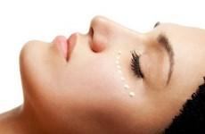 Dùng kem dưỡng mắt như thế nào để không là quá muộn?