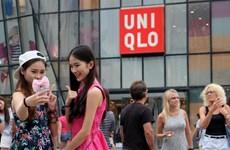 """[Photo] Rộ mốt chụp ảnh selfie với Uniqlo sau clip """"mây mưa"""""""