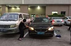 Người vợ dùng búa đập phá xe BMW khi biết chồng ngoại tình