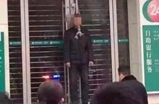 Bị lừa đảo, người đàn ông treo cổ trước cửa ngân hàng