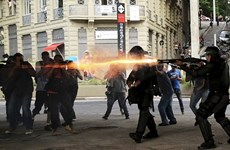 Đụng độ giữa cảnh sát và người biểu tình tại Brazil, Argentina
