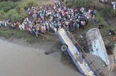 Xe buýt rơi từ trên cầu xuống sông, ít nhất 37 người thiệt mạng