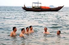 Du khách đổ về Thiên Cầm, chất lượng nước biển an toàn