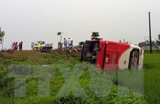 Lật xe khách làm 1 em bé tử vong tại chỗ, 10 người khác bị thương
