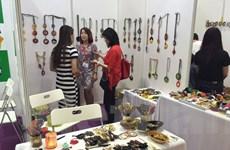 """Nhiều quà tặng """"Made in Vietnam"""" thu hút khách hàng Singapore"""