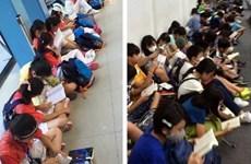 Tranh cãi về cảnh học sinh Nhật Bản và Trung Quốc đọc sách ở sân bay