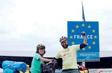 Rung động bức thư gửi em gái của cô gái Việt đạp xe 291 ngày đến Paris