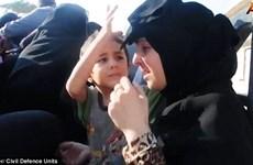 Đau lòng hình ảnh em bé Syria kéo khăn che mặt mẹ vì sợ IS