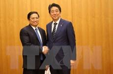 Thủ tướng Nhật Bản Shinzo Abe thân mật tiếp ông Phạm Minh Chính