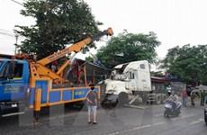 Xe container mất lái bất ngờ leo lên cầu làm sập lan can