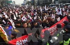 Hàng nghìn người phản đối và ủng hộ bà Park Geun-hye cùng xuống đường