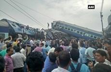 Rất nhiều hành khách bị mắc kẹt trong 6 toa tàu bị trật bánh ở Ấn Độ