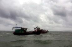 Đưa ngư dân bị gãy tay khi đang đánh bắt hải sản về bờ cứu chữa