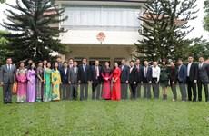 Chủ tịch Quốc hội thăm cộng đồng người Việt Nam tại Singapore