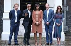 """Hoàng tử Harry """"bày mặt xấu"""" trêu cựu Tổng thống Obama"""