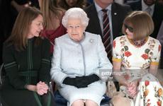 """""""Bà đầm thép"""" Anna Wintour bị chỉ trích khi ngồi cạnh Nữ hoàng Anh"""