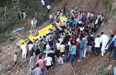 Xe buýt chở học sinh bị rơi xuống đèo, ít nhất 17 học sinh thiệt mạng