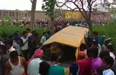 Tàu hỏa đâm xe buýt, ít nhất 13 học sinh thiệt mạng