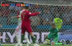 Huấn luyện viên Mourinho bênh vực De Gea sau pha bắt bóng hụt