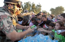 Quân đội Jordan chuyển hàng viện trợ cho hàng nghìn người Syria