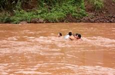 Học sinh Lai Châu vượt suối dữ tới trường khai giảng năm học mới
