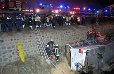 Xe buýt mất lái lao xuống vực, ít nhất 7 người thiệt mạng