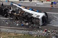 Xe bồn chở xăng đâm vào xe buýt, ít nhất 21 người thiệt mạng