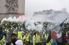 """Cảnh sát Pháp dùng lựu đạn khói để giải tán người biểu tình """"áo vàng"""""""