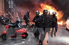 Cảnh sát Pháp phải sử dụng hơi cay với dòng người biểu tình Áo vàng