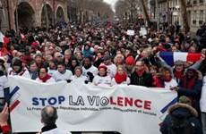 """Pháp: Hàng nghìn người tuần hành """"khăn đỏ"""" ủng hộ chính phủ"""