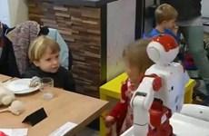 [Video] Robot phục vụ thức ăn và mua vui tại quán càphê ở Budapest