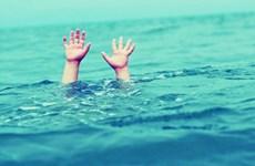 Theo hàng xóm đi tắm hồ bơi, bé trai 6 tuổi bị đuối nước