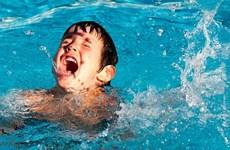 [Video] Bé trai 6 tuổi bị đuối nước khi đi tắm hồ bơi cùng hàng xóm