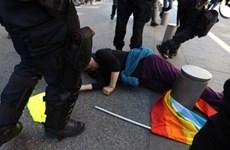 Gia đình cụ già bị thương khi đi biểu tình kiện cơ quan chức năng Pháp