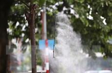 Hình ảnh người dân Hà Nội chống chọi với nắng nóng gay gắt