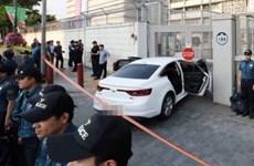 Xe chở đầy khí dễ cháy đâm vào cổng Đại sứ quán Mỹ ở Seoul