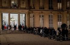 [Video] Hàng trăm người xếp hàng vào Điện Elysee tưởng nhớ ông Chirac