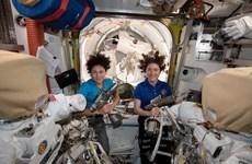Đội nữ phi hành gia đầu tiên của NASA đi bộ ngoài không gian