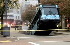 Mỹ: Hố sụt lún bất ngờ 'nuốt' chiếc xe buýt tại Pittsburgh