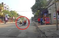 [Video] Chạy qua đường, người phụ nữ bế cháu nhỏ bị tông ngã