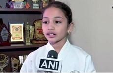 [Video] Bé gái 8 tuổi đập vỡ 350 miếng gạch men trong vòng 20 phút